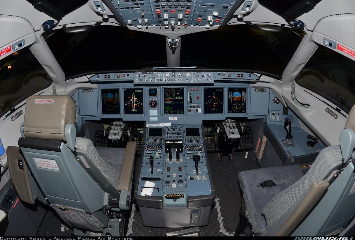 Sukhoi Superjet-100 - XA-JLG Flight Deck