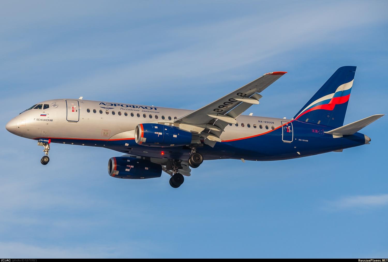 Самолет Superjet 100, вылетевший из Москвы в Самару, вернулся в аэропорт